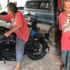 Don't judge a book by its cover! Shabby uncle pulls out 600,000 in cash and drives off on a Harley!