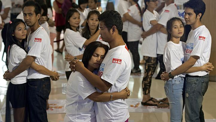 Thailand wins the world record for the longest hug | Samui Times