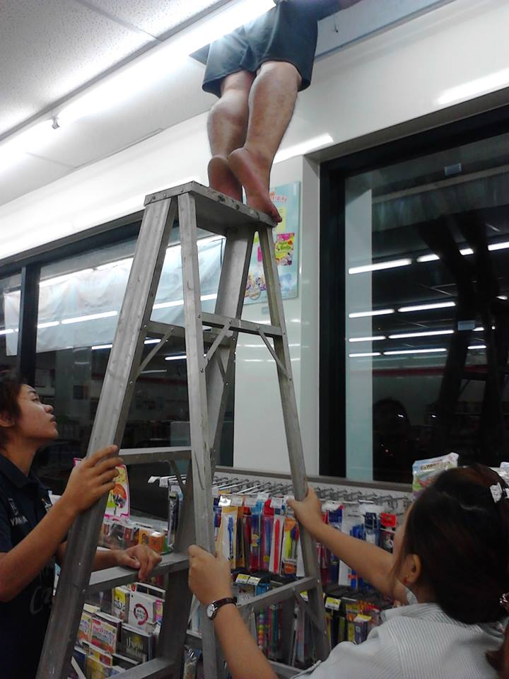 Samui residents needs urgent help for a cat suck in the roof of a 7 – 11 | Samui Times
