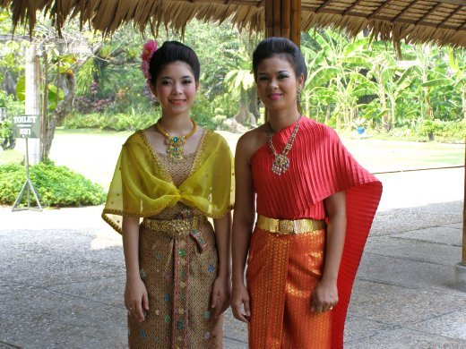 PM urges public to wear Thai clothes for Mother's Day | Samui Times