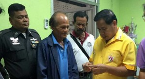 pauper hands in lost money in Phuket