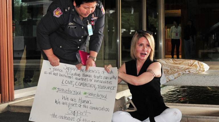 Annie Hansen mother of Australian bashed in Green Mango stages protest outside parliament house | Samui Times