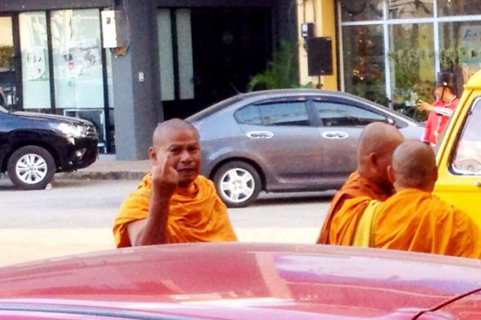 Monk flips off man who refuses to make donation to Buddhism | Samui Times