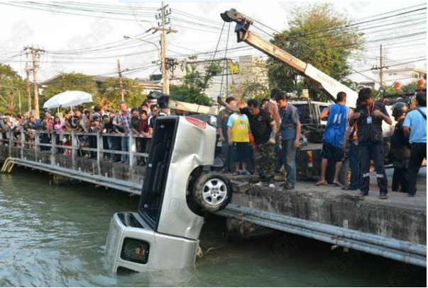 Woman driver ignores dodgy second hand motor warning – ends up in a klong | Samui Times
