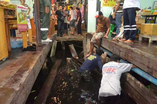 Walkway collapse at market dumps tourists in the water | Samui Times