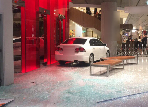 Customer drives straight into Bangkok department store through the window | Samui Times