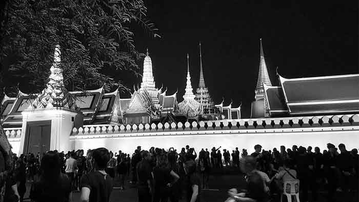 crowds-at-the-grand-palace