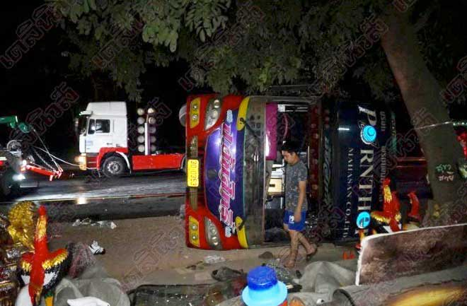 Driver nods off leaving 44 students injured as bus overturns in Kamphaeng Phet | Samui Times