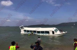 tourists_saved_from_boat_disater-thailand