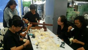 Volunteers teaching citizens how to make cremation flowers | News by Samui Times