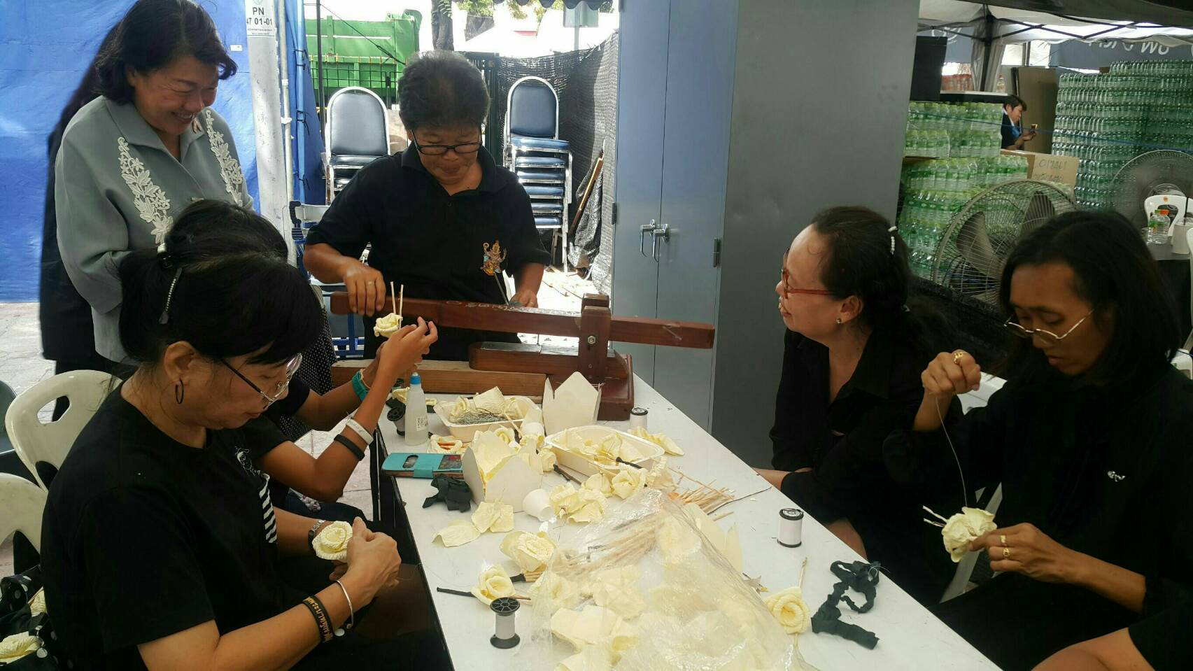 Volunteers teaching citizens how to make cremation flowers | Samui Times