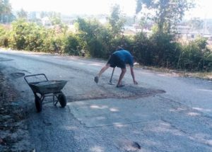 Farang shames Thais - repairing road just a stone's throw from the airport! | News by Samui Times