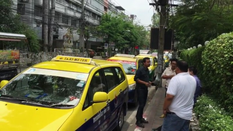 """Taxi wars! Bangkok cabbies warned to """"stay off our patch"""" by Pattaya drivers 
