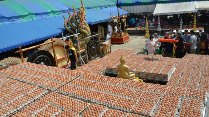 Bangkok traders say thanks for improved economy with eggs! | Samui Times