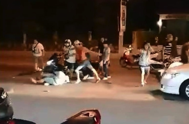Helpless old woman repeated kicked in the head by Thai gang | Samui Times