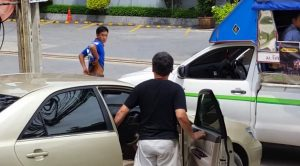 Car driver backs down after bus driver produces a long knife from his underpants | News by Samui Times