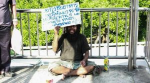 Homeless man fundraises for stray cat's food | News by Samui Times