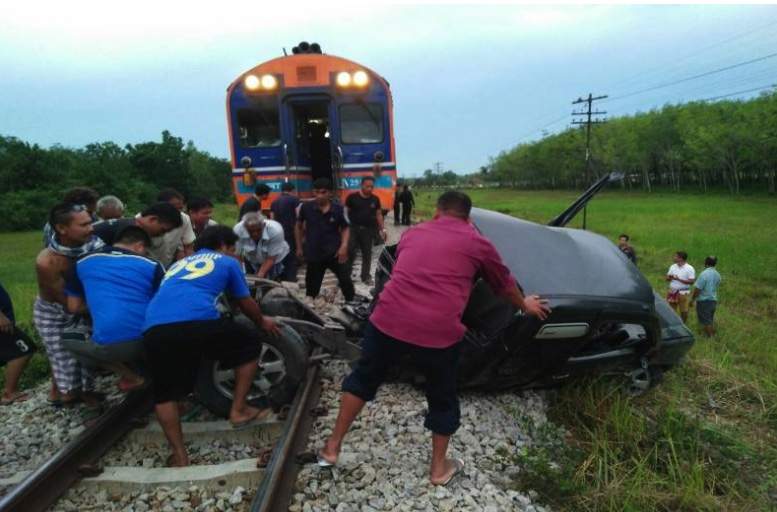 Driver dead as pick-up dragged 200 meters by Bangkok bound train | Samui Times