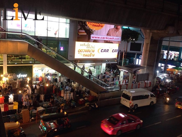 Sidewalk wars! Bangkok governor draws battle lines with banned Siam Square traders | Samui Times