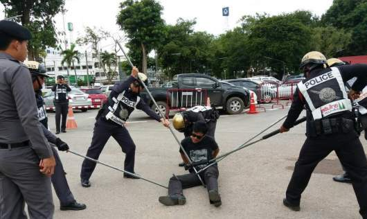 Cops reveal stick method to subdue suspects | Samui Times
