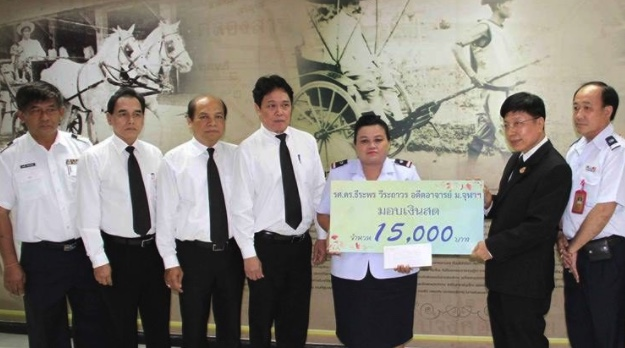 Bus conductor who returned 1 million baht rewarded by admirer, not doctor who owed her | Samui Times
