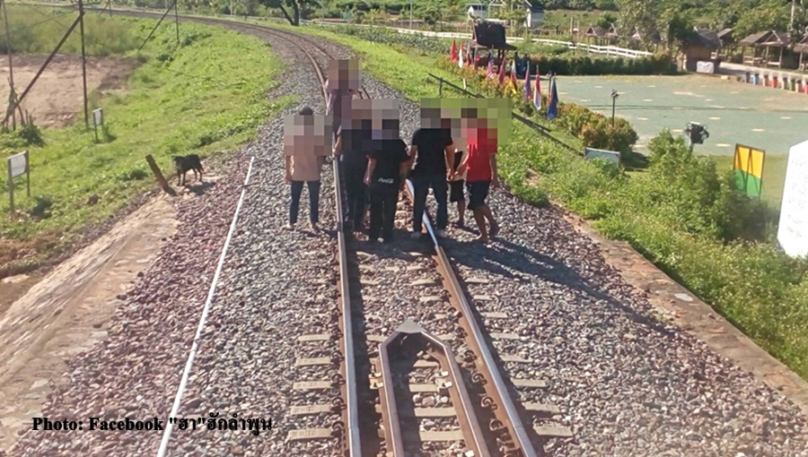Tourists warned not to stand on rail track to take pictures | Samui Times