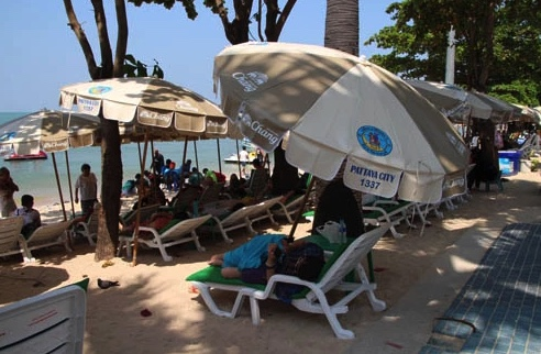 """""""We gave them lovely umbrellas – they can charge what they like!"""", official tells Pattaya beach vendors 
