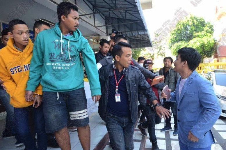 "Court orders two men held after ""outrageous"" attack on taxi driver in outer Bangkok area 