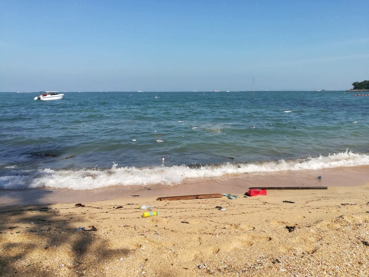 Pattaya beach businesses blame tourist boat operators for rising level of garbage being washed ashore | Samui Times