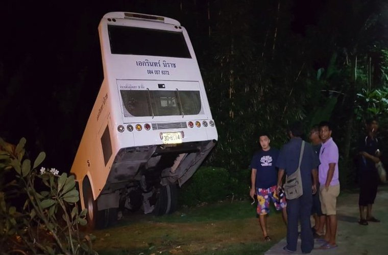 Bus with 33 Chinese tourists on brink of falling into Phuket ravine | Samui Times