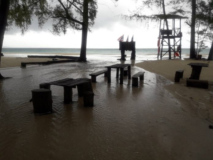 Red flag warnings as storms lash Thai south | Samui Times
