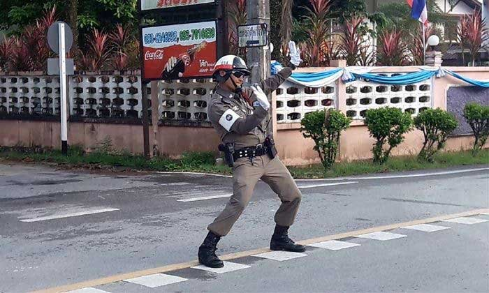 Dancing traffic cop lowering stress levels in Thailand's south | Samui Times
