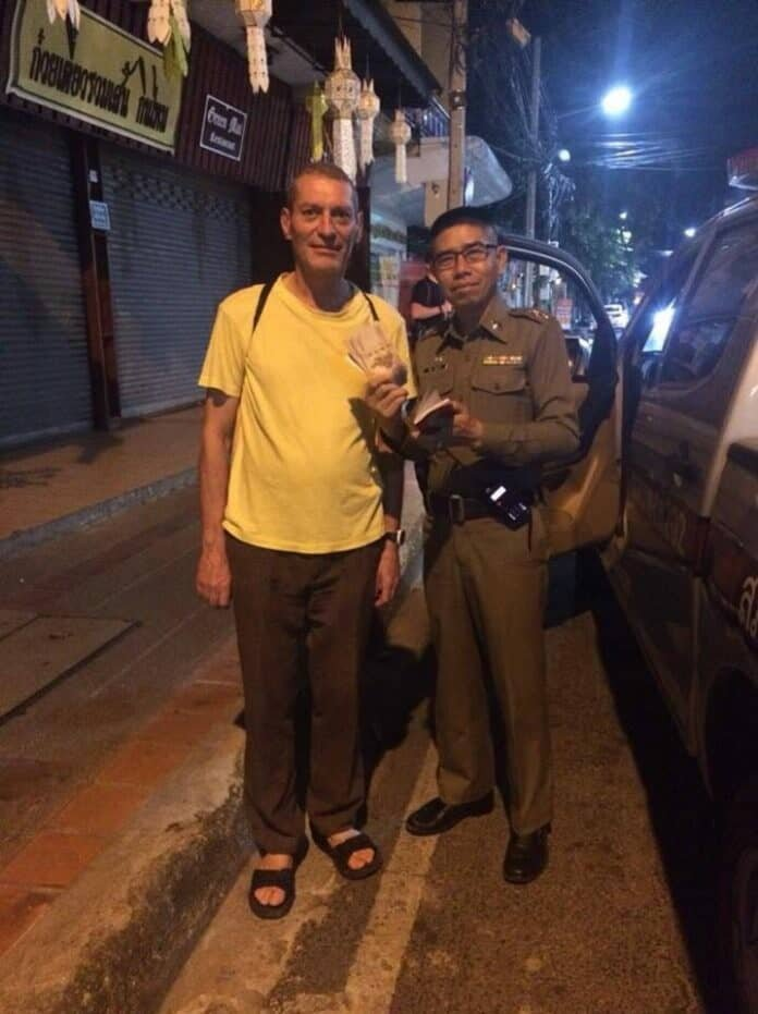 Tres bien monsieur! French tourist hands in cash to the police | Samui Times