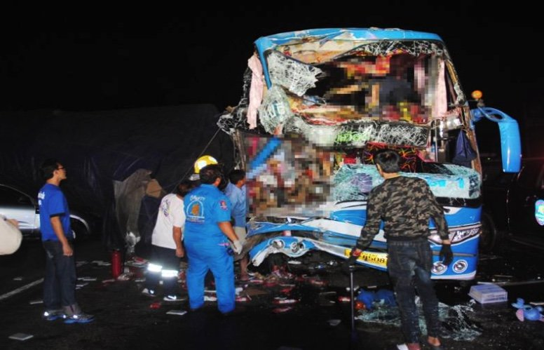 Tour bus driver loses head, 34 injured, family in lucky escape in horror smash | Samui Times