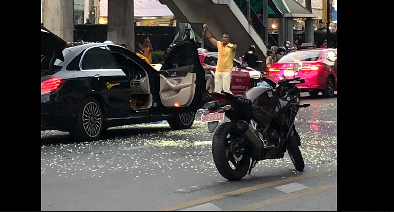 Chaos outside Central World as armed man releases snakes bringing traffic to a standstill | Samui Times