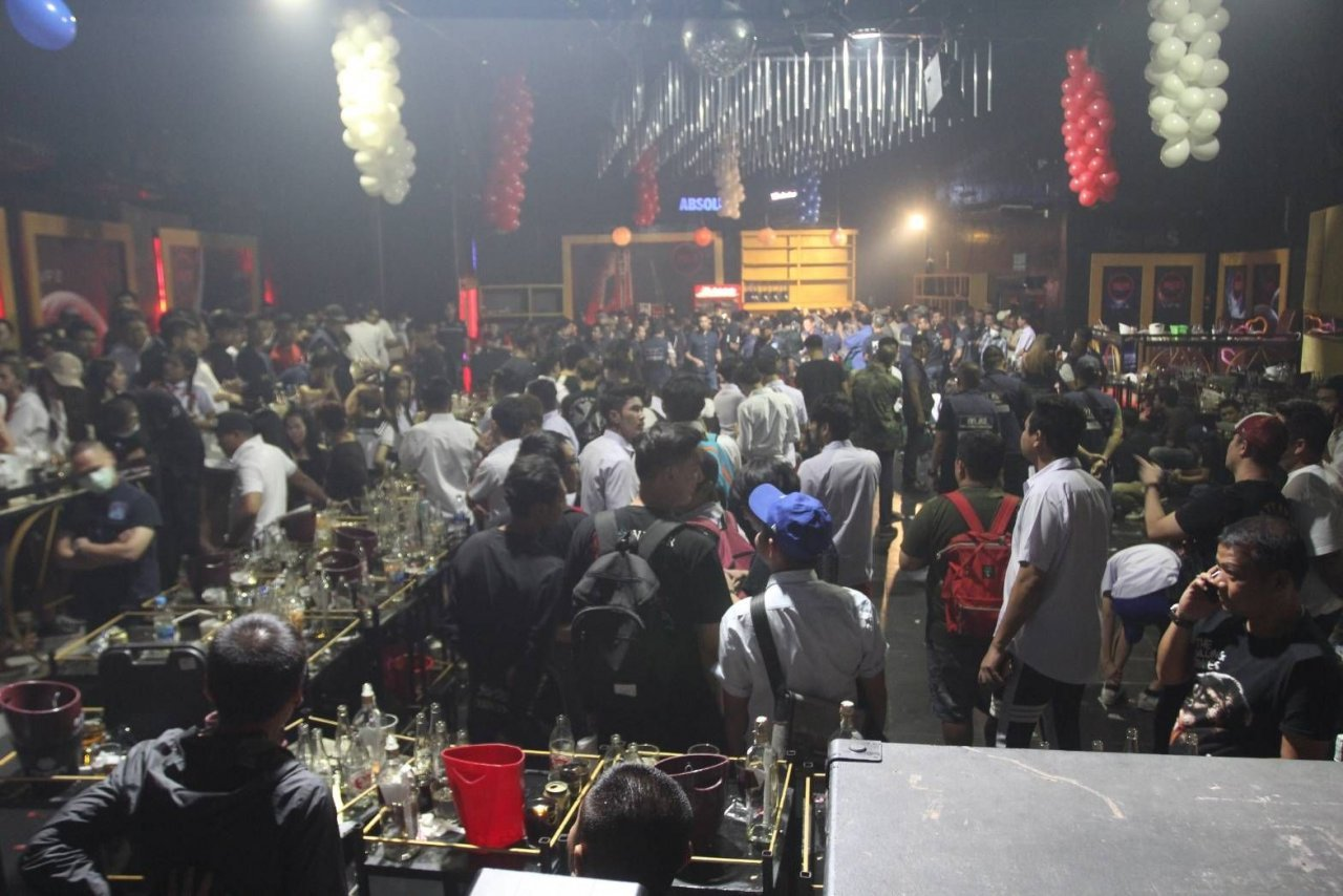 School's out! 120 Bangkok party-goers arrested in drugs raid on pub | Samui Times