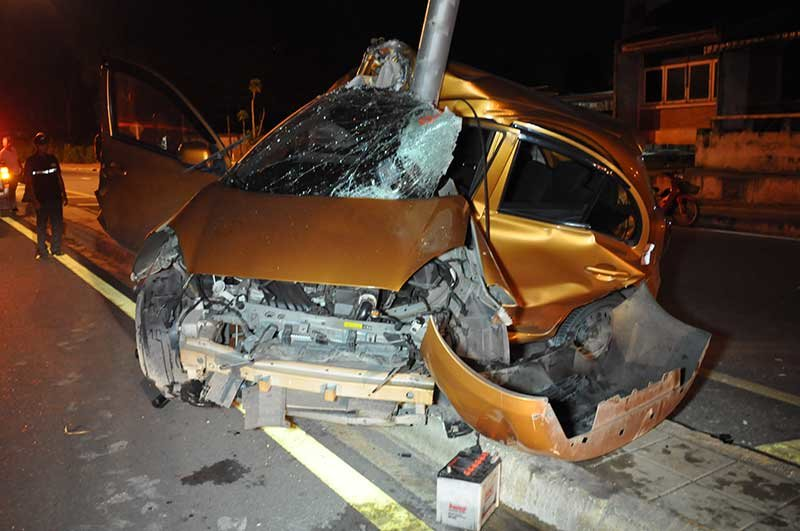 Surat Thani: Woman survives after wrapping her car round a lamppost following pub visit | Samui Times