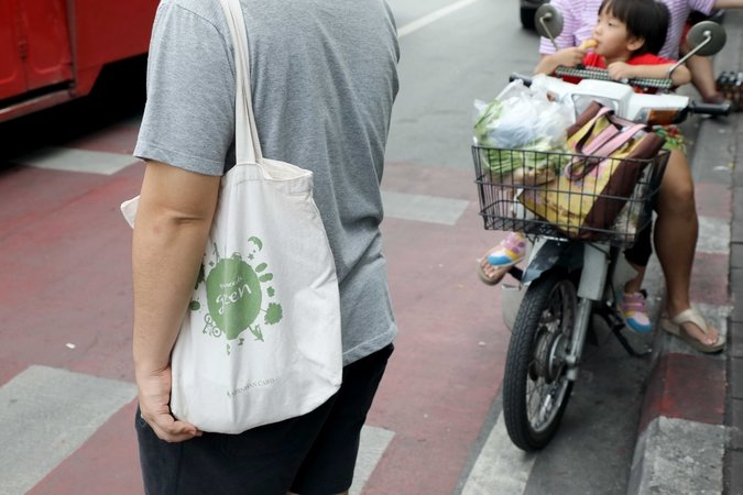Old habits die hard: Stores try to cut down on plastic bags, but shoppers remain stubborn | Samui Times
