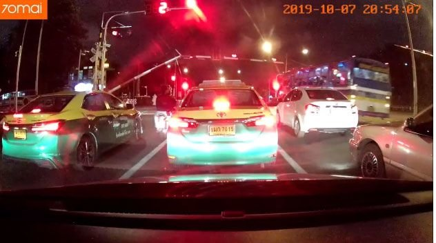 Driver sacked after hitting barrier going across Bangkok level crossing | Samui Times