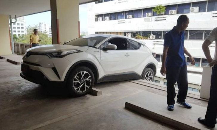 Red plate car escapes car park fall – thanks to Monk Koon, that's for sure | Samui Times